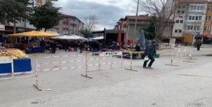 Isparta'daki pazarlarda demir bariyerli korona virüs önlemi