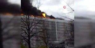 Berlin'de 12 katlı binanın çatısında yangın: 1 itfaiyeci yaralandı