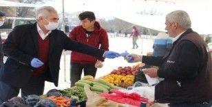 Başkan Akağaç esnafa eldiven ve maske dağıttı