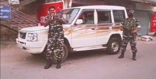 Dayak atan Hint polisi bu kez sokak sokak gezerek şarkı söyledi