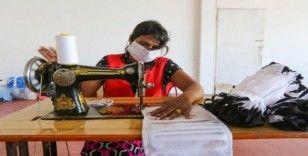 Sri Lanka'da gönüllüler maske üretti