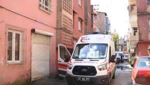 Merdivenden düştü, oğlunun kapısının önünde hayatını kaybetti