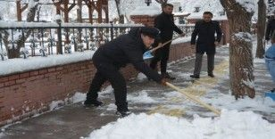 Belediye Başkanı Faruk Demir, işçilerle kar temizledi