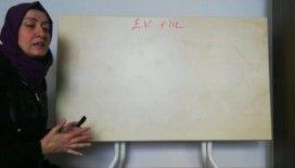 En fedakar öğretmen: Yemek masasını tahtaya çevirip ders anlattı