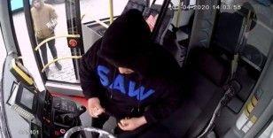 (ÖZEL) Park halindeki otobüse giren hırsızlık kamerada