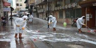Şehzadeler Belediyesi sevgi yolları ve eczaneleri dezenfekte etti