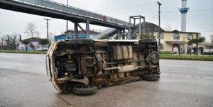 İneğe çarpmamak için manevra yapan minibüs devrildi