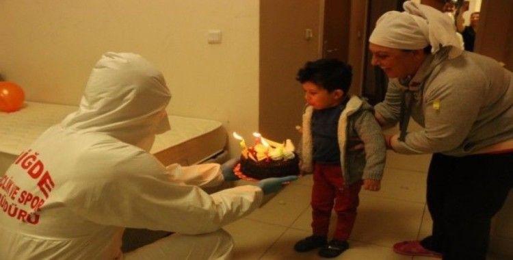 Niğde'de karantinadaki Mehmet Güven'e 4 yaş sürprizi