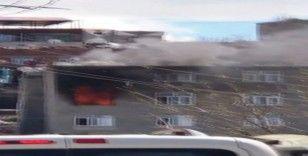 Diyarbakır'da yangın, çatıda mahsur kalanlara itfaiye ekipleri yetişti