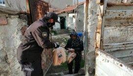 İhtiyaç sahibi ve sokağa çıkamayan yaşlı vatandaşların evine ekmek dağıtımı