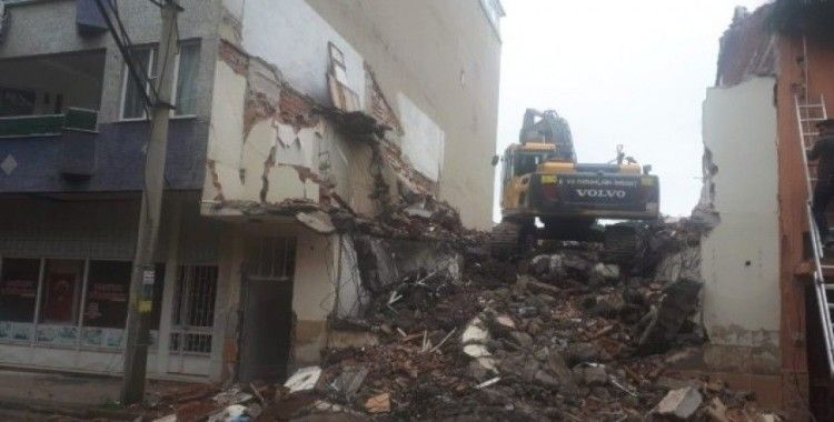 Yıkım yapan iş makinesi yandaki binanın duvarını deldi