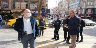 Belediye Başkanı sokakta tek tek maske dağıttı