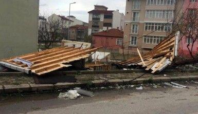 İşyerinin camları indi, çatılar uçtu