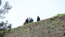 Diyarbakır'da Surlara çıkıp atlamak isteyen kadını polisler kurtardı