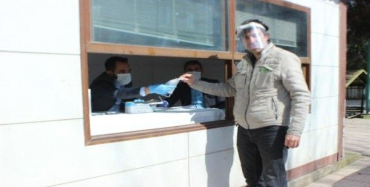 Belediye kendi ürettiği maskeleri ücretsiz dağıtıyor