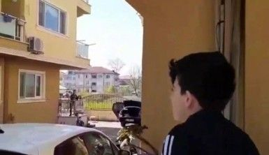 Sokağa çıkamayan çocuklar balkonlarda eğlendi