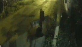 """(Özel) İstanbul'da """"sosyal mesafesiz"""" ilginç kapı hırsızlığı kamerada"""