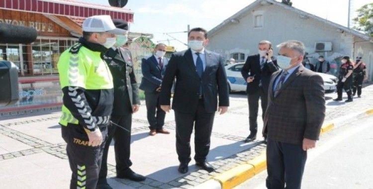 Vali Yazıcı'dan araç sürücülerine maske