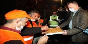 Başkan Büyükakın'dan mesaideki çalışanlara baklava ikramı