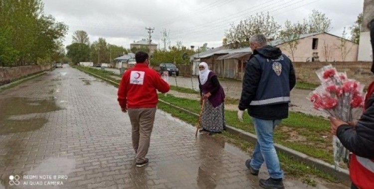 Muradiye'de 65 yaş ve üzeri annelerin günü kutlandı