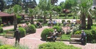 Yaşlılar parkları doldurdu