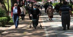 Kocaeli'de günler sonra sokağa çıkan 65 yaş üstü vatandaşlar güneşin tadını çıkartıyor