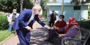Gültak, parklara akın eden yaşlı vatandaşlarla sohbet etti