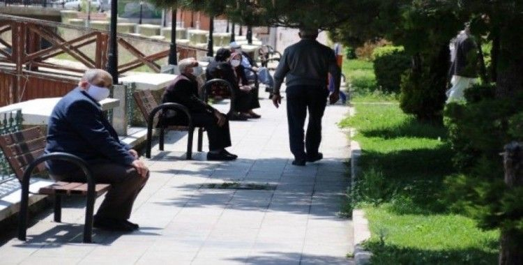 Akşehir'de 65 yaş üzeri vatandaşlar güneşli havanın tadını çıkardı