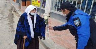 Van polisinden 65 yaş ve üzeri annelere çiçek