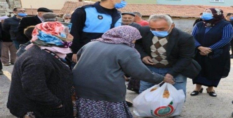 Başkan Sarı, köylülere Ramazan kolisi dağıttı