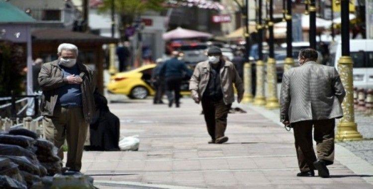 Gümüşhane'de 65 yaş üzeri vatandaşlar çarşıya akın etti