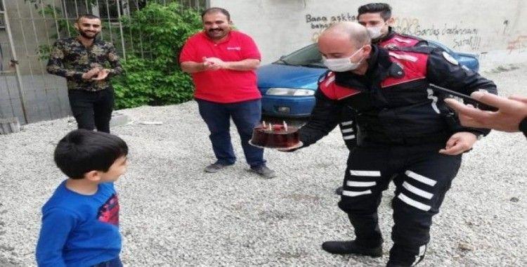 Polislerden 6 yaşına giren çocuğa doğum günü sürprizi