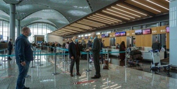Havaalanında kuyruklar ve oturma alanlarına sosyal mesafe ayarı