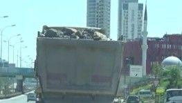 Hafriyat kamyonu E5'te tehlikeye davetiye çıkardı