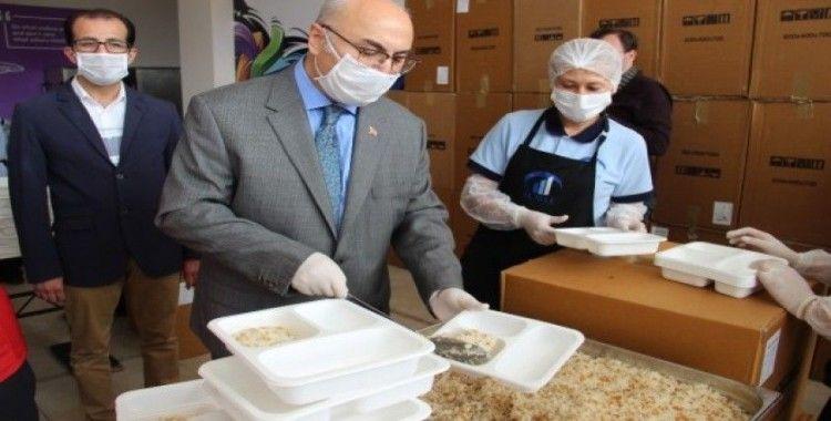Vali Köşger, kazanların başına geçip iftar yemeği paketledi