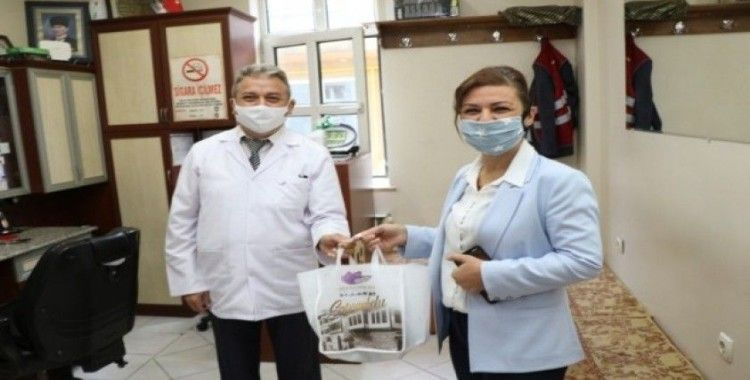Safranbolu'da berber ve kuaförlere temizlik kiti dağıttı