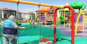 Sokağa çıkma izni öncesi çocuk parkları dezenfekte edildi