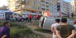 Kontrolünü kaybeden araç yol kenarına devrildi