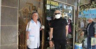 Burhaniye'de berberler doktorlar gibi siperlikli maske taktı