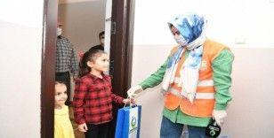 Başkan Çiftçi, kendisine mektup yazan küçük Ayşe'ye kitap hediye etti
