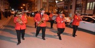 Amasya'da eğlence sokakta, vatandaşlar balkonda