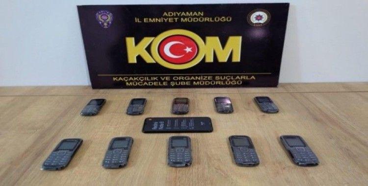 Aracın aksamlarında saklanan telefonlar ele geçirildi