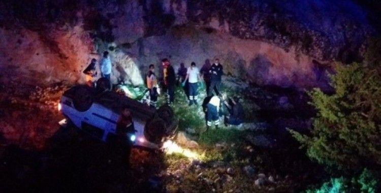 Polisten kaçan otomobil şarampole yuvarlandı: 3 yaralı