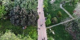 (Özel) Yasağa rağmen Maçka Parkı'na giden vatandaşların yoğunluğu havadan görüntülendi
