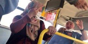 Yaşlı çifti otobüsten indirmek için dil döktü