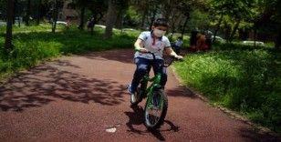 Zeytinburnu'nda çocuklar parklara akın etti, yoğunluk havadan görüntülendi