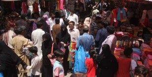Pakistan'da kısıtlamalar sona erince halk pazar yerlerine akın etti