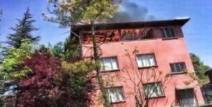 3 katlı evin çatı katı alevlere teslim oldu