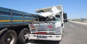 Kayseri'de feci kaza; kamyon tıra çarptı, yolcunun kolu koptu