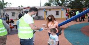 Gaziosmanpaşa Belediyesi çocuklara kitap ve maske dağıttı